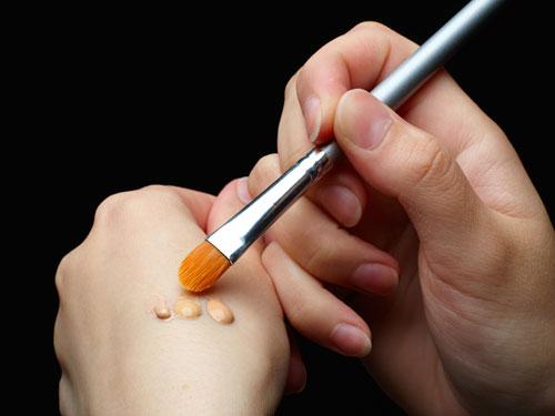 wdy-06-hand-testing-foundation-eyeshadow-lgn