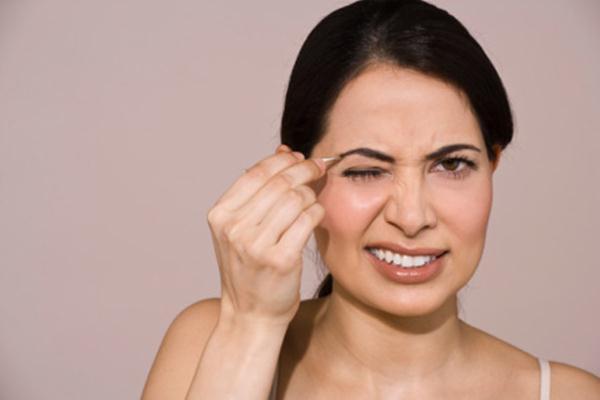 0906_Woman-Plucking-Eyebrows_bd