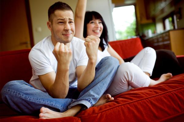 couple-watching-sports-1