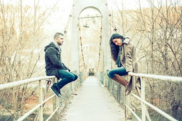 couple-fighting-on-bridge