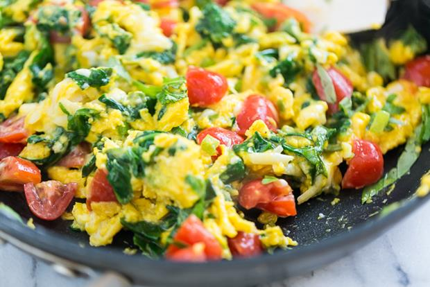 Veggie-Scrambled-Eggs-with-Aged-White-Cheddar-GI-365-7